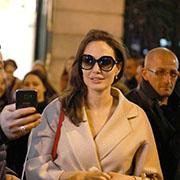 Photos : Angelina Jolie crée l'émeute sur les Champs-Elysées !